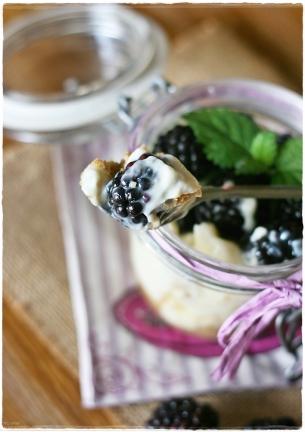 Cheesecake in vasetto con more, cioccolato bianco e melissa