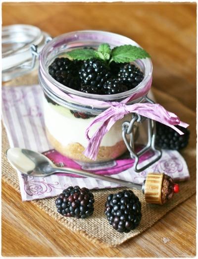 Cheesecake in vasetto con more, cioccolato bianco e melissa4